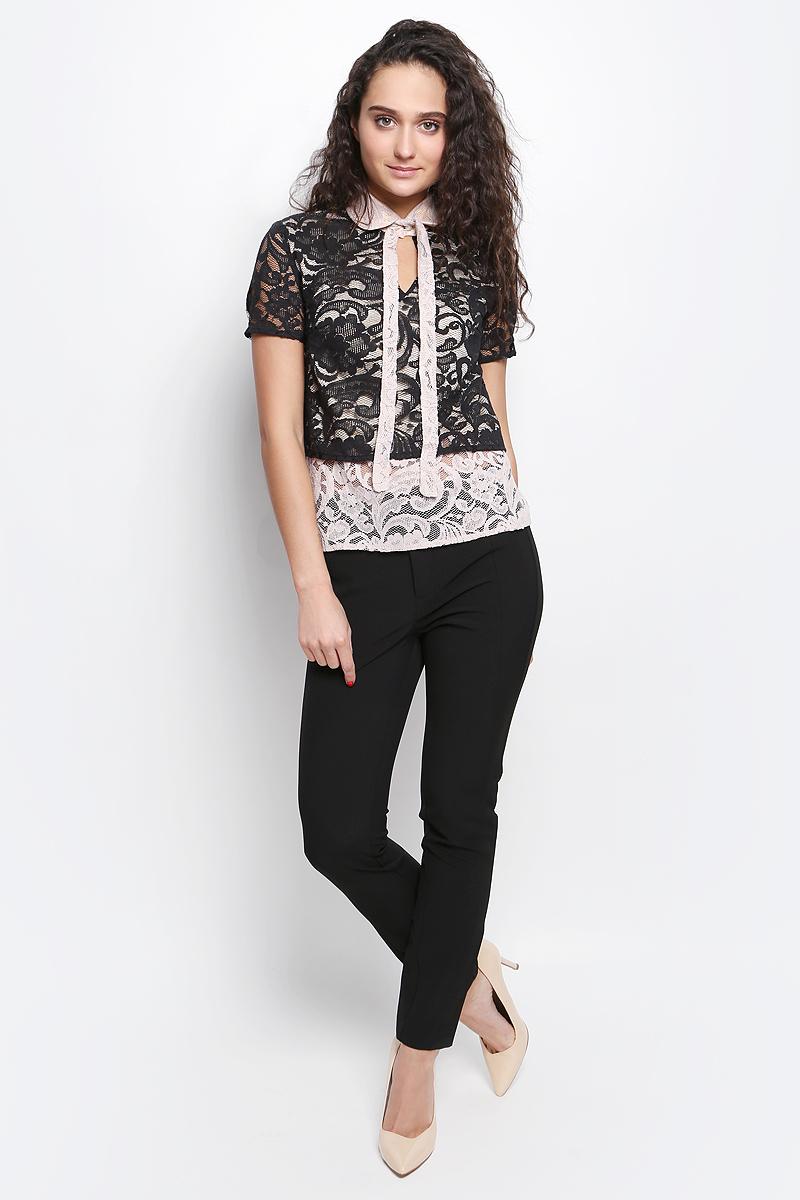 Блузка женская La Via Estelar, цвет: черный, бежевый. 32838. Размер 4832838Изумительная блуза La Via Estelar создана из комбинации двух тканей. Наложение кружева специально подобранных цветов в сочетании с аккуратным отложным воротничком с застежкой на пуговицу и декоративной лентой, завязывающейся в бант. В дополнение к столь изысканному образу на груди пикантный узкий вырез. Празднично-нарядная блуза для непревзойденного образа
