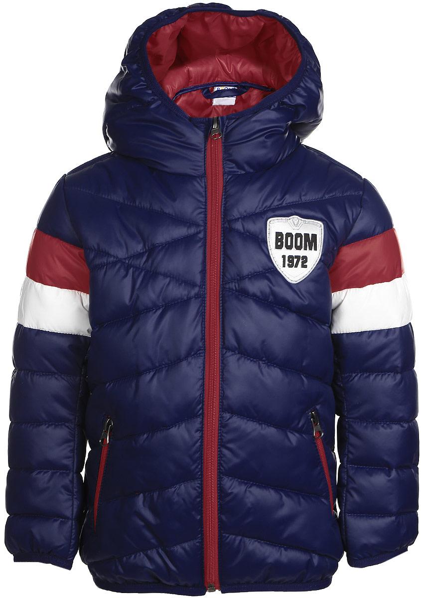 Куртка для мальчика Boom!, цвет: темно-синий, красный, белый. 70035_BOB_вар.1. Размер 86, 1,5-2 года70035_BOB_вар.1Стильная куртка для мальчика Boom! изготовлена из 100% полиэстера. Подкладка выполнена из полиэстера с добавлением вискозы. В качестве утеплителя используется эко-синтепон. Куртка с капюшоном застегивается на застежку-молнию и дополнительно имеет защиту подбородка и внутреннюю ветрозащитную планку. Изделие дополнено спереди двумя прорезными карманами на застежках-молниях. Нижняя часть спинки оформлена фирменной светоотражающей нашивкой для безопасности ребенка в темное время суток. Низ модели и рукавадополнены эластичной резинкой.