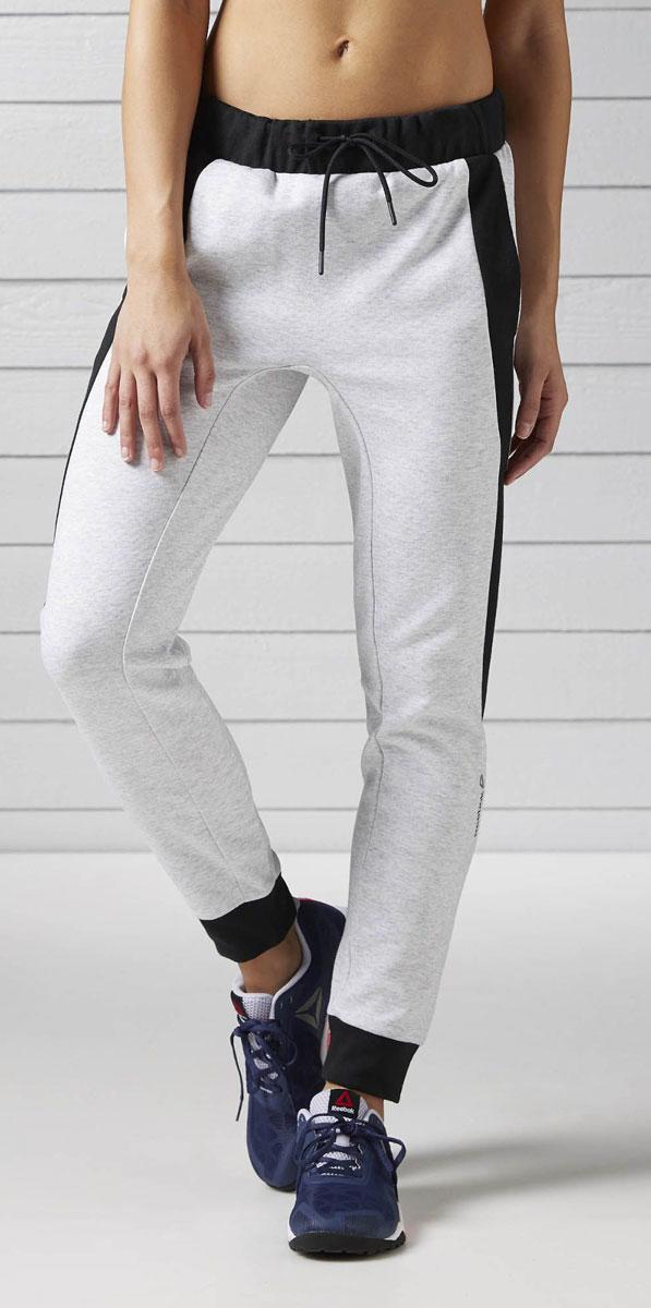 Брюки спортивные женские Reebok Wor Cs Gr Pants, цвет: серый. BK3200. Размер XL (52/54)BK3200Спортивные женские брюки Reebok Wor Cs Gr Pants стильного силуэта выполнены из высококачественного материала. Отлично подходят для тренировок и повседневной носки. Комфортная посадка для полной свободы движений и регулируемый пояс. Слегка заниженная шаговая линия облегчает движения. Ластовица для большей прочности. Брюки оформлены смещенным боковым швом и контрастной вставкой.