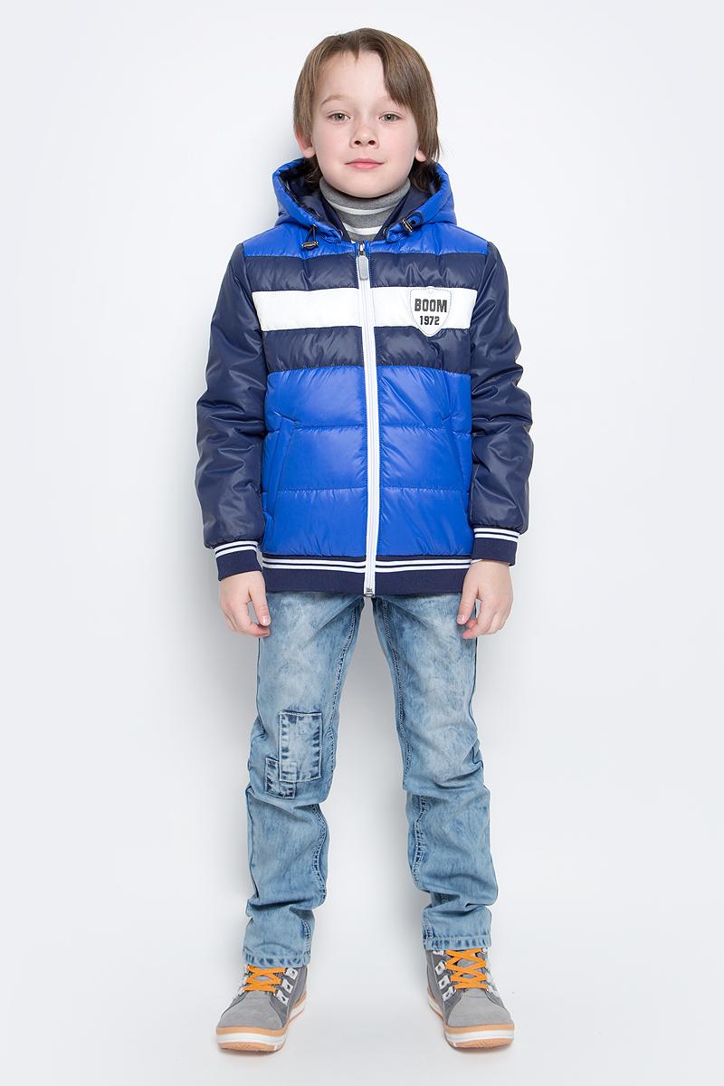 Куртка для мальчика Boom!, цвет: синий. 70012_BOB_вар.2. Размер 128, 7-8 лет70012_BOB_вар.2Куртка-бомбер с утеплителем для мальчика Boom! изготовлена из полиэстера. Куртка застегивается на пластиковую застежку-молнию. У модели предусмотрены два врезных кармана.Съемный капюшон пристегивается на пуговицы. Капюшон оснащен резинкой-утяжкой со стопперами. Воротник, манжеты рукавов и низ куртки выполнены из эластичного трикотажного полотна.