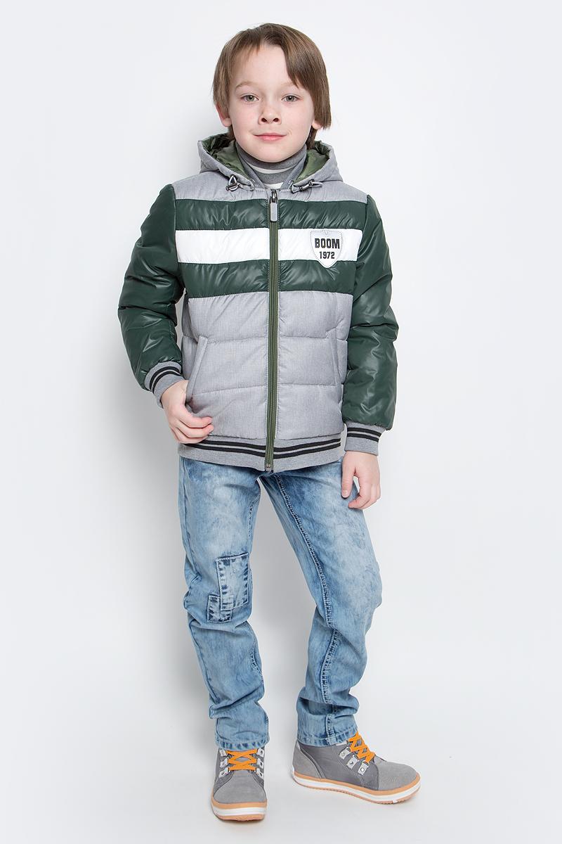Куртка для мальчика Boom!, цвет: серый, зеленый. 70012_BOB_вар.1. Размер 98, 3-4 года70012_BOB_вар.1Куртка-бомбер с утеплителем для мальчика Boom! изготовлена из полиэстера. Куртка застегивается на пластиковую застежку-молнию. У модели предусмотрены два врезных кармана.Съемный капюшон пристегивается на пуговицы. Капюшон оснащен резинкой-утяжкой со стопперами. Воротник, манжеты рукавов и низ куртки выполнены из эластичного трикотажного полотна.