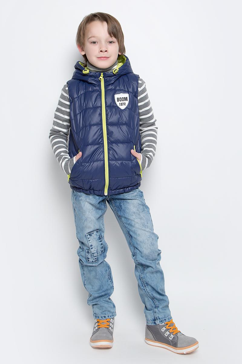 Жилет для мальчика Boom!, цвет: темно-синий, салатовый. 70031_BOB_вар.1. Размер 128, 7-8 лет70031_BOB_вар.1Утепленный жилет для мальчика Boom! идеально подойдет юному моднику и станет отличным дополнением к его гардеробу. Модель с несъемным капюшоном выполнена из прочного полиэстера и имеет подкладку из полиэстера с добавлением хлопка. Наполнитель - полиэстер (синтепон, 150 г/м2). Жилет с капюшоном застегивается на пластиковую застежку-молнию с защитой подбородка, а также имеет внутреннюю ветрозащитную планку. По бокам предусмотрены два втачных кармашка на молниях. Капюшон дополнен шнурком-кулиской со стопперами. Оформлена модель небольшой нашивкой на груди с фирменным логотипом.