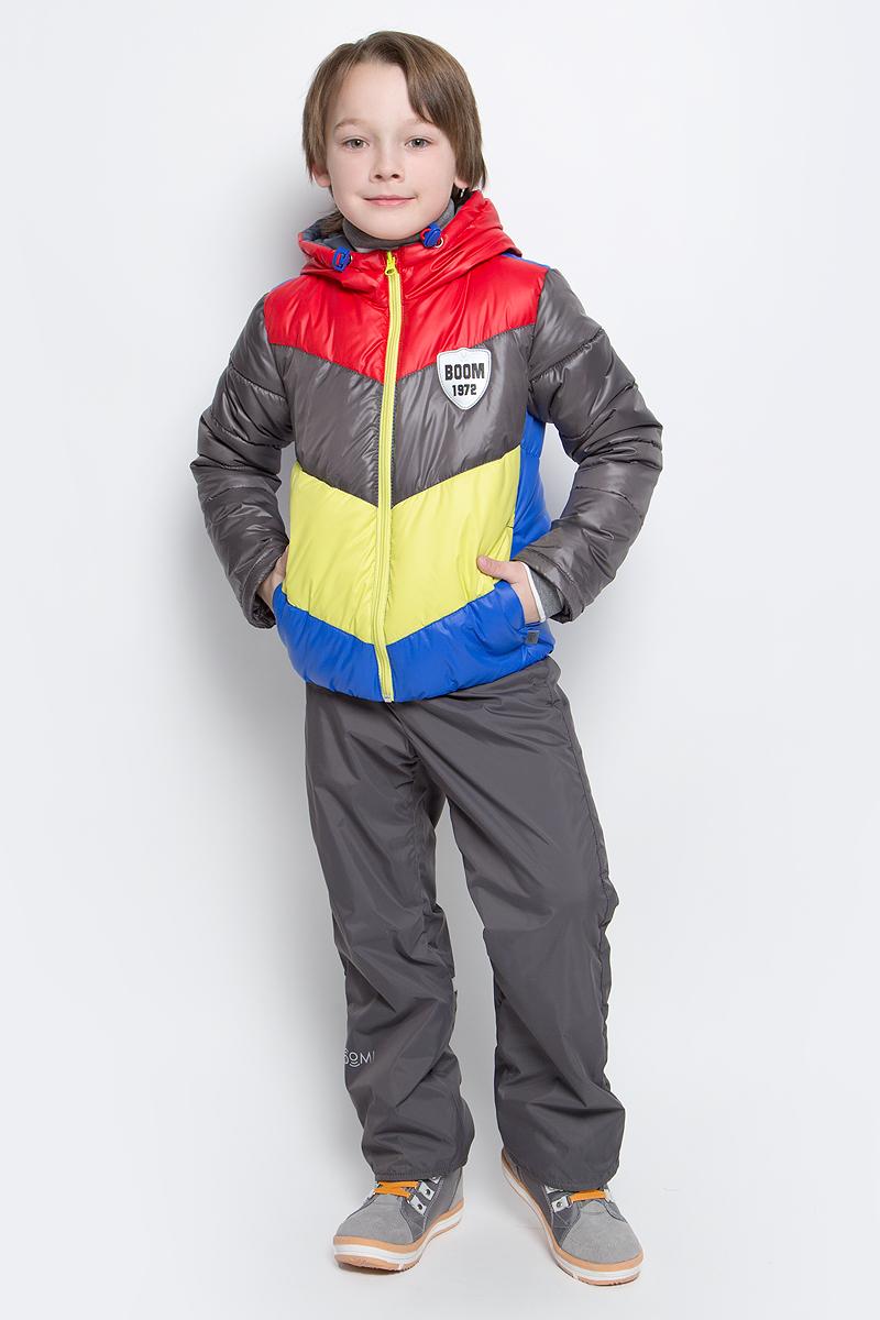 Комплект для мальчика Boom!: куртка, брюки, цвет: серый, красный, синий. 70032_BOB_вар.1. Размер 92, 1,5-2 года70032_BOB_вар.1Комплект для мальчика Boom! включает в себя куртку и брюки. Куртка с длинными рукавами и несъемным капюшоном выполнена из прочного полиэстера. Наполнитель - эко-синтепон (150 г/м2). Модель застегивается на застежку-молнию, имеет два втачных кармана спереди. Капюшон дополнен шнурком-кулиской со стопперами. Рукава оснащены эластичными манжетами. Куртка оформлена стеганым узором и яркими вставками. Брюки выполнены из полиэстера и имеют подкладку из мягкого флисового материала. Объем талии регулируется при помощи внутренней резинки с пуговицами. Брюки дополнены двумя втачными карманами спереди. Комплект дополнен светоотражающими элементами.