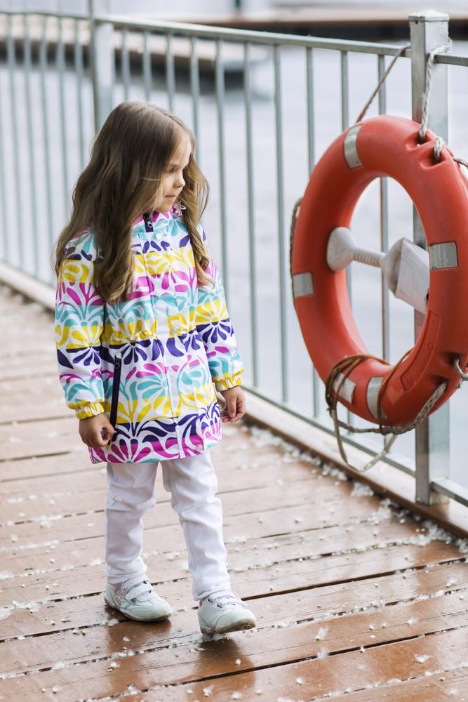 Парка для девочки atPlay!, цвет: белый, фиолетовый, желтый. 1jk705. Размер 92, 2 года1jk705Удобная и комфортная парка для девочки atPlay! выполнена из качественного полиэстера, с покрытием Teflon от DuPont, которое облегчает уход за этой одеждой. Дышащая способность: 5000г/м и водонепроницаемость парки: 5000мм.Парка с флисовой подкладкой из материала Polar fleese и новейшим утеплителем Shelter 80г/м2, имеет проклеенные утепленные швы. Модель с воротником-стойкой и отстегивающимся капюшоном застегивается на молнию с защитой подбородка и защитным клапаном на кнопках. Капюшон оформлен внутренней резинкой на стопперах. Манжеты рукавов дополнены эластичными резинками. Спереди парка оформлена двумя прорезными карманами на застежках-молниях. По спинке изделие немного удлинено, а в поясе имеет внутреннюю утягивающую резинку на стопперах.Парка оснащена светоотражающей нашивкой с надписью бренда и оформлена интересным принтом с узором.