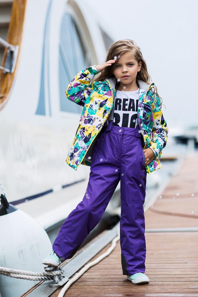 Комплект одежды для девочки atPlay!: куртка, брюки, цвет: мятный, васильковый. 1su715. Размер 104, 3-4 года1su715Комплект одежды для девочки atPlay! состоит из куртки и брюк. Комплект изготовлен из водонепроницаемого, дышащего и ветрозащитного материала с покрытием Teflon от DuPont. Дышащая способность: 5000г/м и водонепроницаемость куртки: 5000мм. Пропитка материала предотвращает проникновение воды и грязи. В качестве наполнителя используется утеплитель нового поколения Shelter (80 гм2), который надежно сохраняет тепло.Куртка с воротником-стойка и съемным капюшоном застегивается на застежку-молнию. Капюшон крепится в куртке с помощью застежки-молнии и липучек. Манжеты рукавов оформлены широкими регулирующими хлястиками на липучках, которые предотвращают проникновение снега и ветра. Спереди модель дополнена двумя прорезными карманами на застежках-молниях, с внутренней стороны одним втачным карманом на молнии. Нижняя часть куртки регулируется с помощью эластичного шнурка со стопперами. Куртка оформлена ярким принтом.Брюки застегиваются в поясе на кнопку, липучку и ширинку на застежке-молнии. Изделие дополнено эластичными наплечными лямками с застежками-фастекс, регулируемыми по длине. Спереди находятся два втачных кармана на молниях. Снизу брючин предусмотрены внутренние манжеты с прорезиненными полосками, препятствующие попаданию снега и холодного воздуха. Брюки имеют эластичный пояс на талии.Светоотражающие элементы увеличивают безопасность вашего ребенка в темное время суток.
