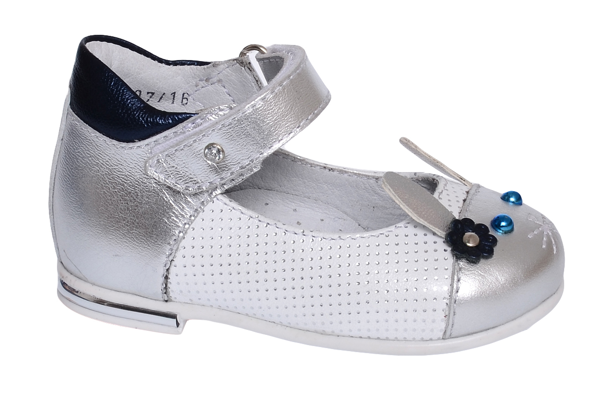 Туфли для девочки Elegami, цвет: серебряный. 7-806071701. Размер 267-806071701Модные туфли от Elegami выполнены из натуральной кожи и оформлены перфорацией. Мысок декорирован аппликацией в виде мордочки зайчика. Ремешок на застежке-липучке гарантирует надежную фиксацию обуви на ноге. Мягкий манжет создает комфорт при ходьбе и предотвращает натирание ножки ребенка. Стелька с супинатором, выполненная из натуральной кожи, обеспечивает правильное положение ноги ребенка при ходьбе, предотвращает плоскостопие. Подошва выполнена из легкого и прочного ТЭП-материала. Рифленая поверхность подошвы защищает изделие от скольжения. Удобные туфли займут достойное место в гардеробе вашей девочки.