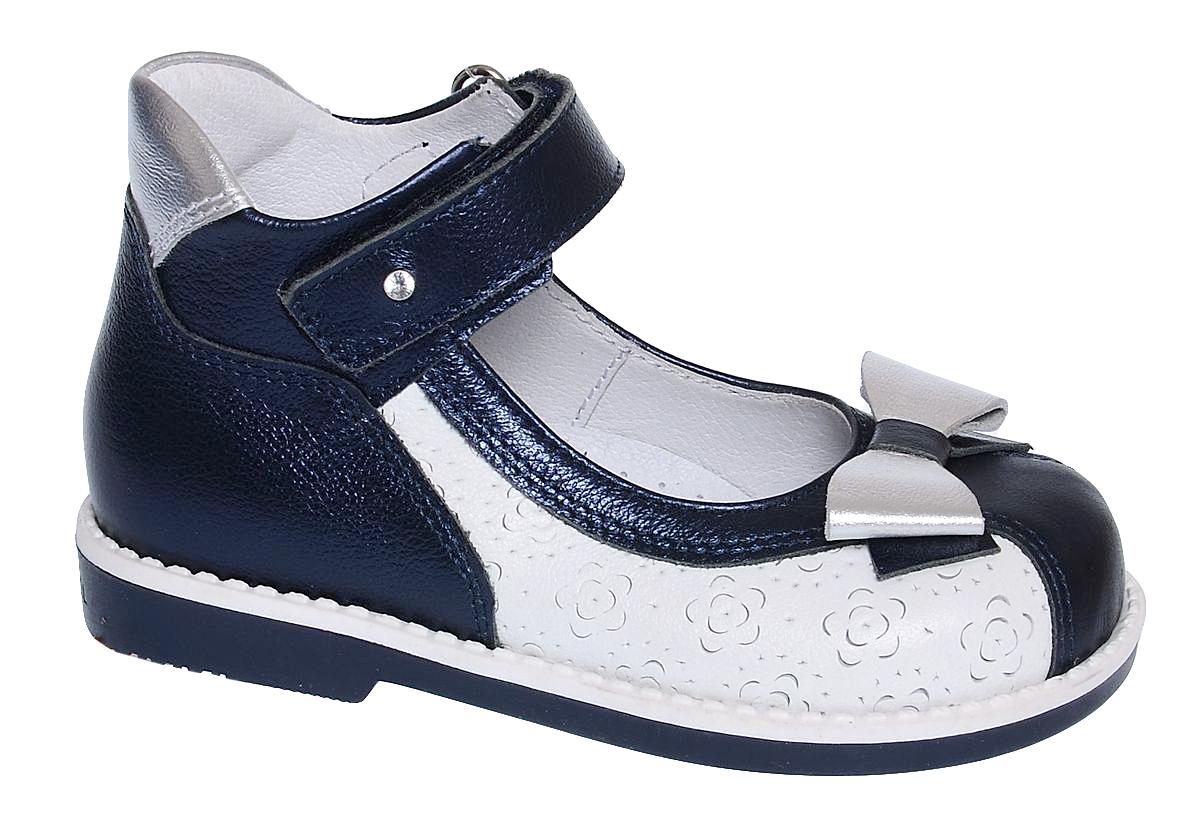Туфли для девочки Elegami, цвет: темно-синий, белый. 6-801351701. Размер 266-801351701Нарядные туфли от Elegami выполнены полностью из натуральной кожи и оформлены декоративным тиснением. Конструкция этой модели позволяет правильно развиваться ножке малышки, благодаря пяточной части с высокими берцами и жестким задником и невысокому каблучку. Ремешок на застежке-липучке гарантирует надежную фиксацию обуви на ноге. Мысок оформлен бантиком. Мягкий манжет создает комфорт при ходьбе и предотвращает натирание ножки ребенка. Стелька с супинатором, выполненная из натуральной кожи, обеспечивает правильное положение ноги ребенка при ходьбе, предотвращает плоскостопие. Подошва выполнена из легкого и прочного ТЭП-материала. Рифленая поверхность подошвы защищает изделие от скольжения. Удобные туфли займут достойное место в гардеробе вашей девочки.