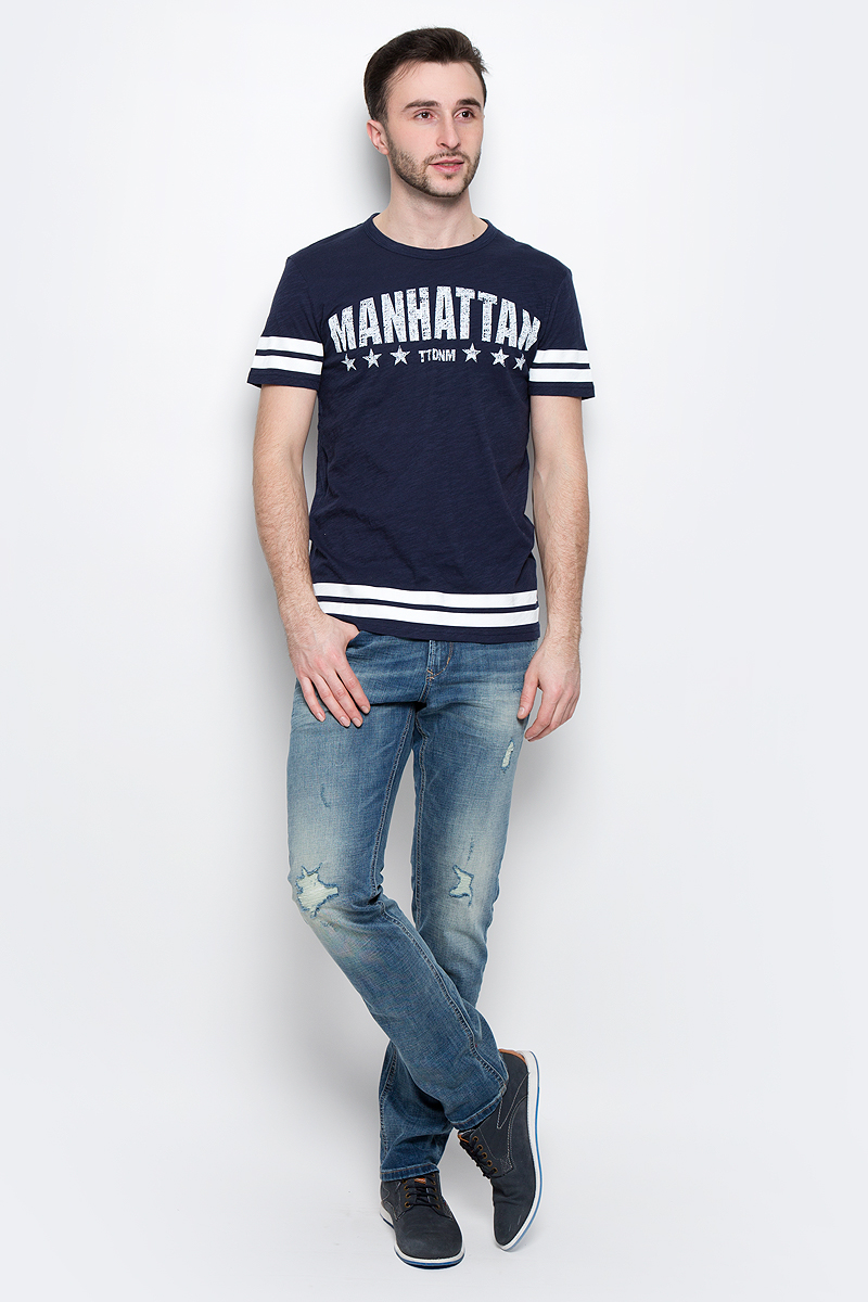 Футболка мужская Tom Tailor Denim, цвет: темно-синий. 1037074.02.12_6740. Размер M (48)1037074.02.12_6740Стильная мужская футболка Tom Tailor Denim выполнена из натурального хлопка. Материал очень мягкий и приятный на ощупь, обладает высокой воздухопроницаемостью и гигроскопичностью, позволяет коже дышать. Модель прямого кроя с круглым вырезом горловины и короткими рукавами дополнена на груди оригинальной надписью и дополнена по краям полосками.Такая модель подарит вам комфорт в течение всего дня и послужит замечательным дополнением к вашему гардеробу.