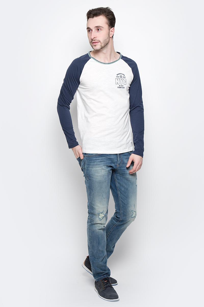 Лонгслив мужской Tom Tailor Denim, цвет: белый, темно-синий. 1037088.00.12_6740. Размер M (48)1037088.00.12_6740Мужской лонгслив Tom Tailor Denim изготовлен из натурального хлопка. Материал изделия очень мягкий и приятный на ощупь, не сковывает движения.Модель с круглым вырезом горловины и длинными рукавами-реглан оформлена спереди оригинальным принтом. Вырез горловины дополнен оригинальной окантовкой.