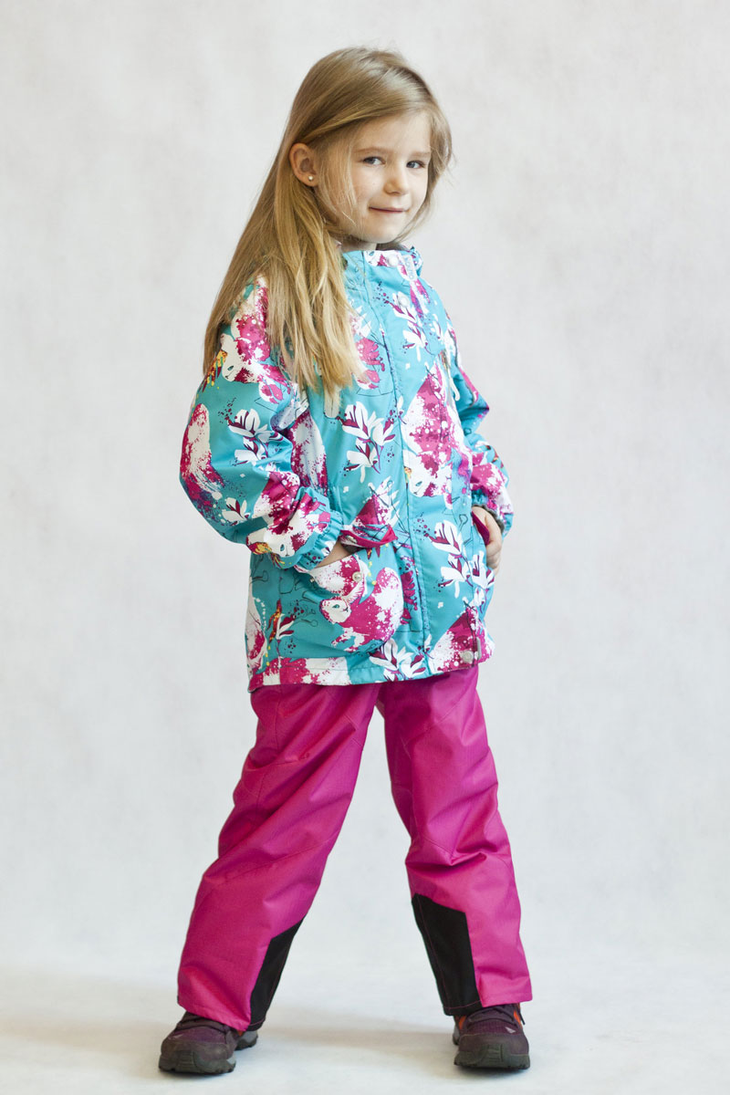 Комплект одежды для девочки OLDOS ACTIVE Сабина: куртка, брюки, цвет: бирюзовый, розовый. 17/OA-2SU512-1. Размер 86, 1,5 года17/OA-2SU512-1Яркий и технологичный весенне-осенний костюм Сабина из мембранной коллекции OLDOS ACTIVE состоит из куртки и брюк. Верхняя ткань с мембраной 3000/3000 обеспечивает водонепроницаемость, при этом одежда дышит. Покрытие TEFLON повышает износостойкость, а также облегчает уход за костюмом. Костюм рассчитан на температуру от +10°С до -5°С, благодаря утеплителю в куртке Hollofan PRO 100 г/м2 и флисовой подкладке в куртке и брюках. Функционал куртки продуман до мелочей: воротник-стойка с мягким флисом, двойная ветрозащитная планка (внешняя застегивается на кнопки и липучки, внутренняя - с защитой подбородка), съемный капюшон с резинкой для лучшего прилегания, манжеты на резинке, прорезные и накладные карманы, внутренний кармашек с нашивкой-потеряшкой, по низу куртки и по талии вшита резинка для лучшего прилегания. Брюки без утеплителя с флисовой подкладкой застегиваются на кнопку в поясе и застежку-молнию. Брюки также очень удобны: резинка по талии, объем в талии регулируется, широкие эластичные регулируемые подтяжки легко отстегиваются при необходимости, карманы на молнии, ветрозащитная муфта с антискользящей резинкой, усиления по низу брюк в местах особого износа. Есть светоотражающие элементы для безопасных прогулок в темное время суток.