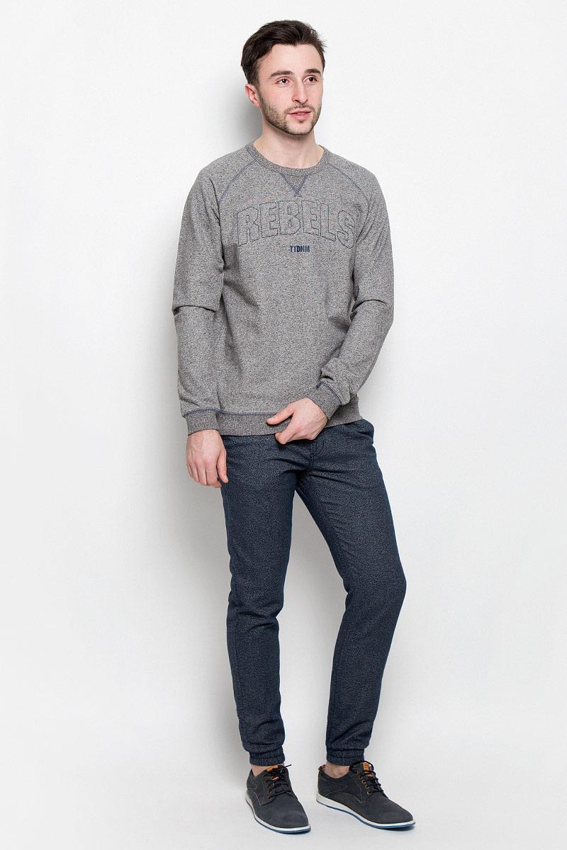 Брюки мужские Tom Tailor Denim, цвет: темно-синий. 6405134.00.12_6576. Размер S (46)6405134.00.12_6576Стильные мужские брюки Tom Tailor Denim выполнены из натурального хлопка.Застегиваются брюки на пуговицу и ширинку на застежке-молнии, дополнительно затягиваются на шнурок. Спереди модель дополнена двумя втачными карманами, а сзади - двумя прорезными карманами. Низ брючин фиксирован на широкие эластичные резинки.
