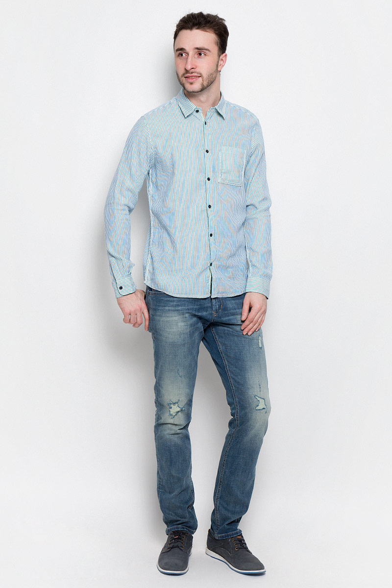 Рубашка мужская Tom Tailor, цвет: голубой, белый. 2032969.00.10_6589. Размер S (46)2032969.00.10_6589Удобная мужская рубашка Tom Tailor, выполненная из натурального хлопка, мягкая и приятная на ощупь. Модель с отложным воротником и длинными рукавами застегивается спереди на пуговицы. Манжеты на рукавах также имеют застежки-пуговицы. Оформлена рубашка принтом в полоску и на груди дополнена накладным карманом.