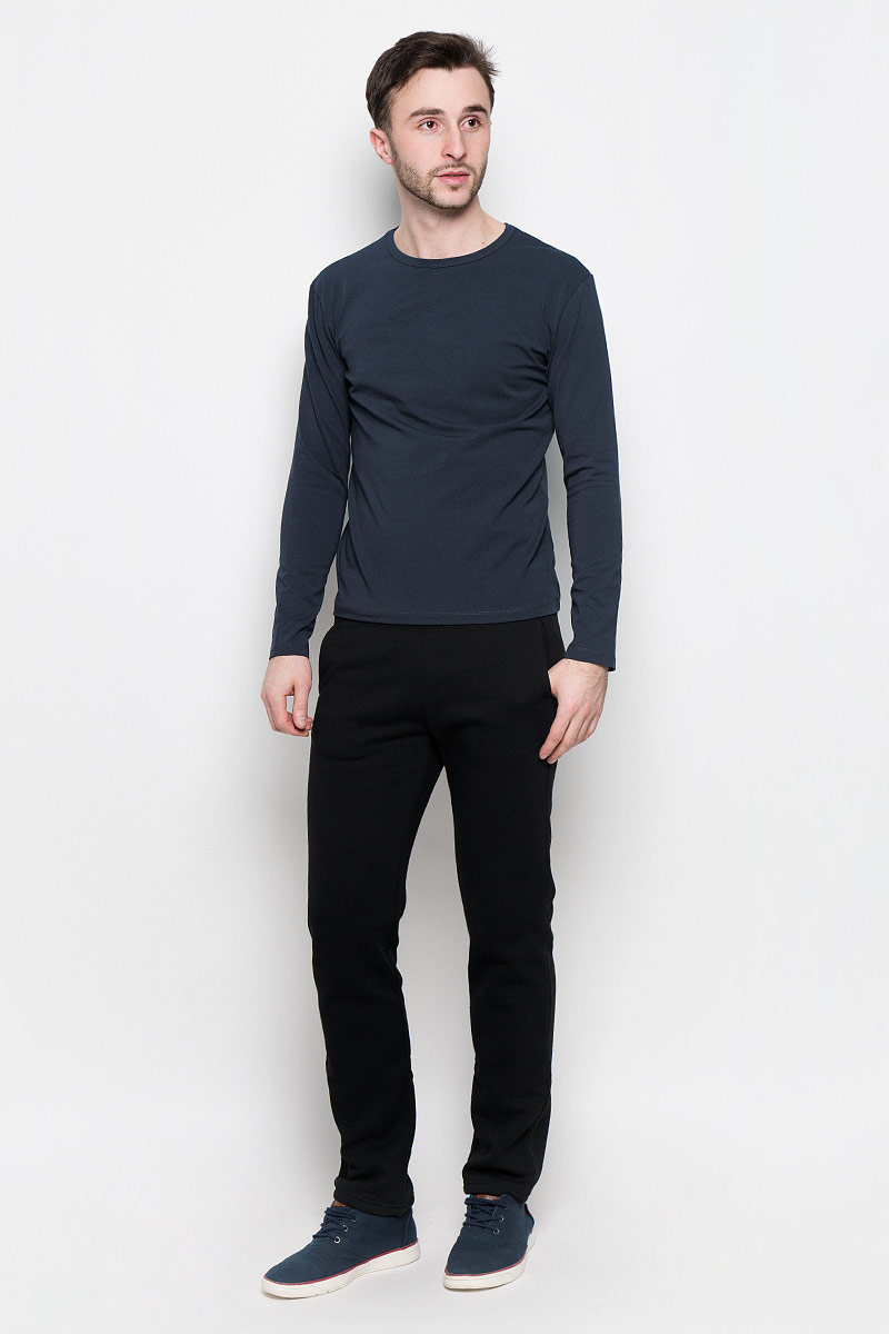 Брюки спортивные мужские Rocawear, цвет: черный. R0416B40. Размер L (50)R0416B40Мужские спортивные брюки Rocawear идеально подойдут для активного отдыха или занятий спортом в холодное время года.Модель прямого кроя, изготовленная из натурального хлопка с добавлением полиэстера, приятная на ощупь, не сковывает движения и хорошо пропускает воздух. Внутренняя сторона выполнена с теплым начесом.Брюки на талии дополнены широкой эластичной резинкой. Спереди расположены два втачных кармана.