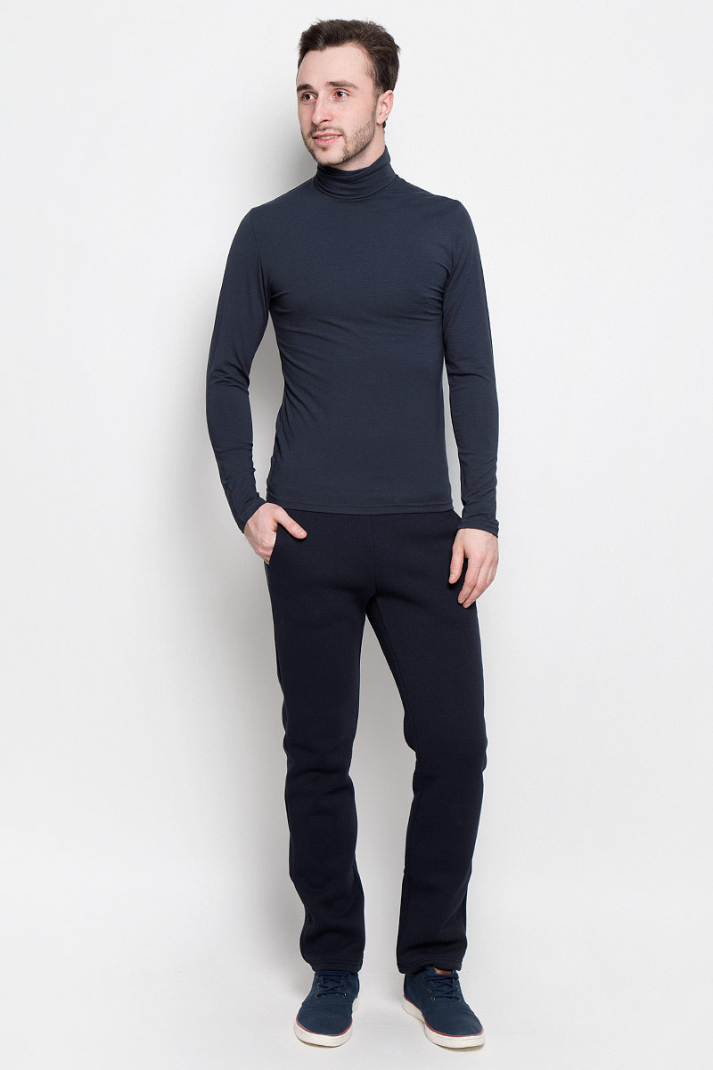 Брюки спортивные мужские Rocawear, цвет: темно-синий. R0416B40. Размер М (48)R0416B40Мужские спортивные брюки Rocawear идеально подойдут для активного отдыха или занятий спортом в холодное время года.Модель прямого кроя, изготовленная из натурального хлопка с добавлением полиэстера, приятная на ощупь, не сковывает движения и хорошо пропускает воздух. Внутренняя сторона выполнена с теплым начесом.Брюки на талии дополнены широкой эластичной резинкой. Спереди расположены два втачных кармана.