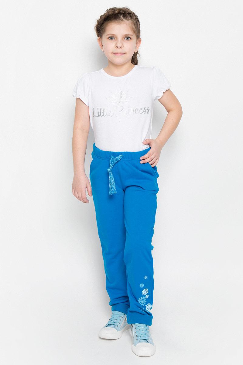 Брюки спортивные для девочки PlayToday, цвет: синий. 362116. Размер 104362116Уютные брюки в спортивном стиле для девочки выполнены из футера и дополнены двумя втачными карманами. Модель с модными отворотами оформлена резиновым принтом. Пояс на резинке дополнительно регулируется шнурком.