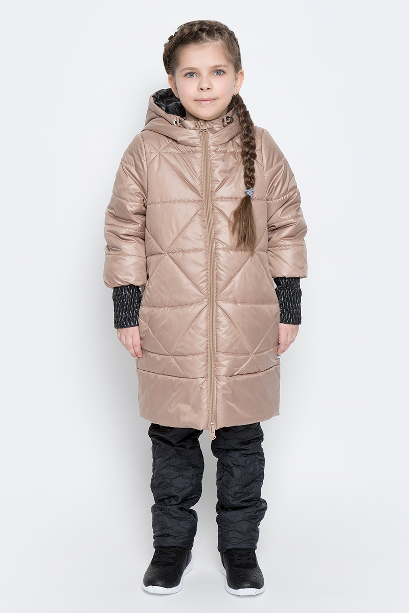 Пальто для девочки Boom!, цвет: бежевый, черный. 70026_BOG_вар.3. Размер 116, 5-6 лет70026_BOG_вар.3Стильное пальто для девочки Boom! идеально подойдет вашей моднице в прохладную погоду. Модель изготовлена из водонепроницаемой и ветрозащитной ткани, на подкладке из полиэстера с добавлением вискозы. В качестве утеплителя изделия используется материал Flexy Fiber (150 г/м2).Пальто с несъемным капюшоном и длинными рукавами застегивается спереди на пластиковую застежку-молнию. Манжеты на рукавах изготовлены из широкой резинки. В боковых швах предусмотрены два втачных кармана. Капюшон дополнен утягивающей резинкой на стопперах. Модель оформлена стеганым узором и светоотражающими элементами.