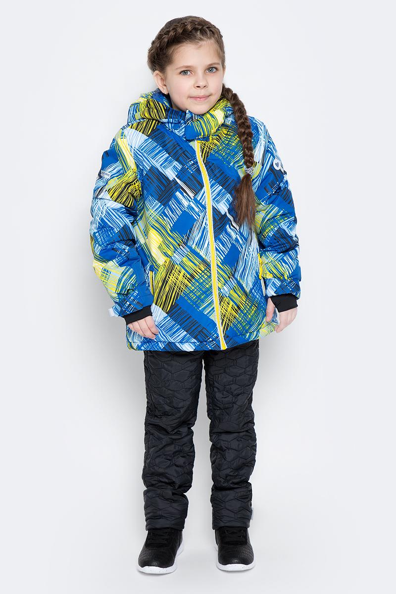 Куртка для девочки PlayToday, цвет: желтый, синий, белый. 362153. Размер 116362153Зимняя куртка для девочки выполнена из водоотталкивающего материала со светоотражающими вставками и оформлена ярким принтом, который выгодно контрастирует с белым снегом. Куртка с воротником-стойкой, защищающим от ветра, застегивается на молнию с защитой подбородка и дополнена двумя прорезными карманами. Уютная флисовая подкладка обеспечивает дополнительное удобство и удерживает тепло. Рукава изделия дополнены трикотажными манжетами-полуварежками с отверстием для большого пальца, которые обеспечивают защиту от ветра. Съемный капюшон застегивается на липучки. Модель оснащена дополнительной внутренней «юбкой» на кнопках, которая защищает от снега и ветра. Низ куртки утягивается стопперами.