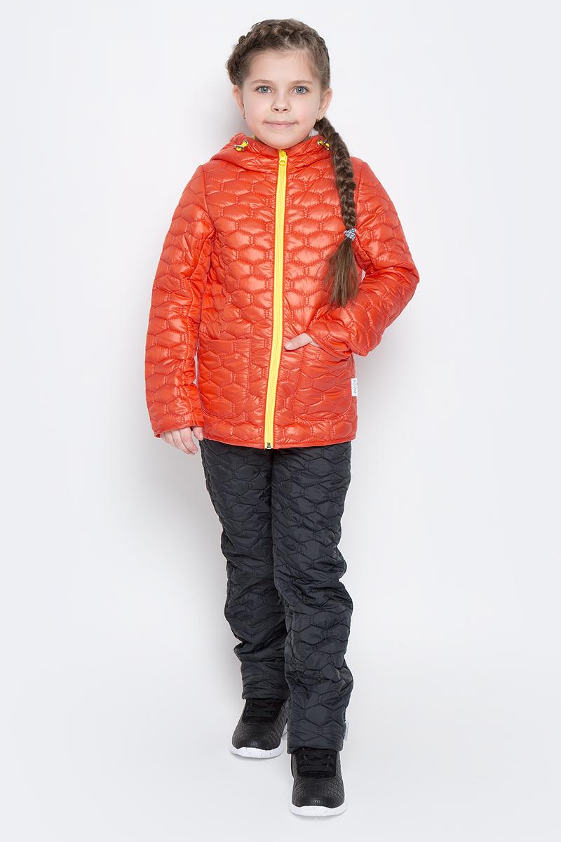 Куртка для девочки Boom!, цвет: красно-оранжевый. 70024_BOG_вар.2. Размер 134, 9-10 лет70024_BOG_вар.2Стеганая куртка с капюшоном для девочки Boom! изготовлена из полиэстера с подкладкой из полиэстера с добавлением вискозы. В качестве тонкого слоя утеплителя использован эко-синтепон. Куртка застегивается на пластиковую застежку-молнию. Спереди у модели имеются два открытых накладных кармана. Капюшон оснащен резинкой-утяжкой со стопперами. Спинка дополнена светоотражающей овальной нашивкой с логотипом бренда.