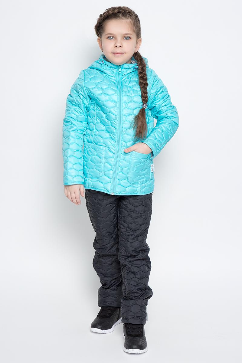 Куртка для девочки Boom!, цвет: светло-бирюзовый. 70024_BOG_вар.1. Размер 98, 3-4 года70024_BOG_вар.1Стеганая куртка с капюшоном для девочки Boom! изготовлена из полиэстера с подкладкой из полиэстера с добавлением вискозы. В качестве тонкого слоя утеплителя использован эко-синтепон. Куртка застегивается на пластиковую застежку-молнию. Спереди у модели имеются два открытых накладных кармана. Капюшон оснащен резинкой-утяжкой со стопперами. Спинка дополнена светоотражающей овальной нашивкой с логотипом бренда.