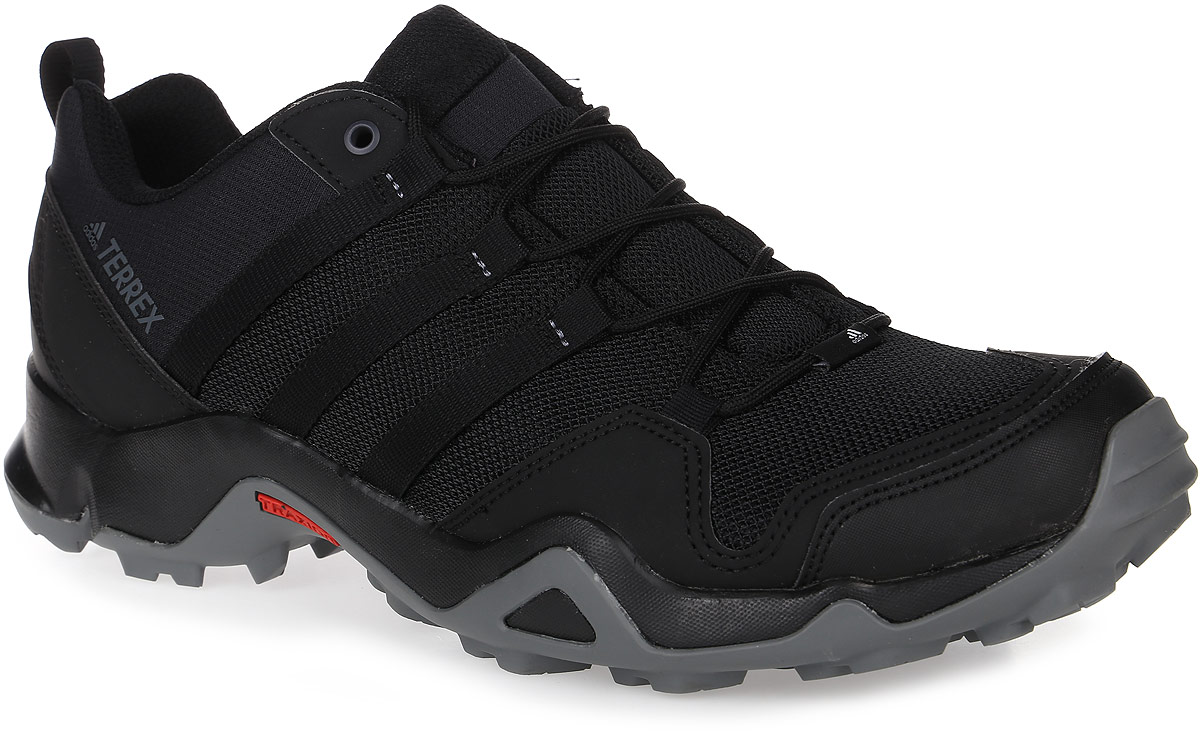 Кроссовки мужские трекинговые Adidas Terrex Ax2R, цвет: черный. BA8041. Размер 7,5 (40)BA8041Мужские трекинговые кроссовки adidas Terrex Ax2R выполнены из текстиля и искусственной кожи. Модель оформлена фирменными нашивками и принтом. Шнурки надежно зафиксируют модель на ноге. Ярлычок на заднике упростит надевание модели. Внутренняя поверхность из сетчатого текстиля комфортна при движении. Стелька выполнена из легкого ЭВА-материала с поверхностью из текстиля.Подошва изготовлена из высококачественной резины и дополнена протектором.
