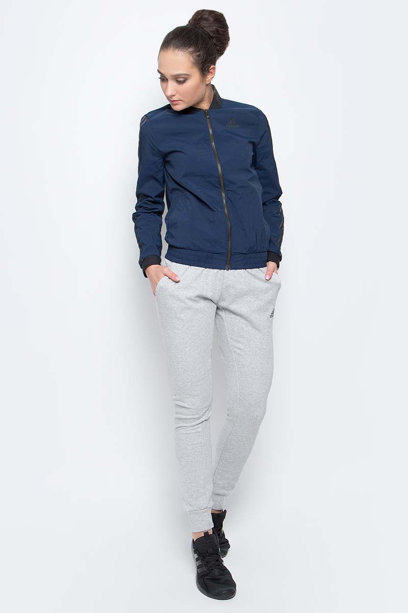 Спортивный костюм женский adidas Wv Bmbr Ts, цвет: синий, светло-серый. BK4668. Размер M (46/48)BK4668Женский спортивный костюм adidas Wv Bmbr Ts включает в себя ветровку и спортивные брюки.Ветровка с длинными рукавами застегивается спереди на молнию. Модель изготовлена из высококачественного полиамида. Ветровка дополнена двумя втачными карманами спереди. Манжеты и воротник оформлены широкой эластичной резинкой. Спортивные брюки выполнены из хлопка и полиэстера. Модель средней посадки имеет широкую эластичную резинку на поясе и шнурок-утяжку. По бокам - врезные карманы. Низ штанин дополнен мягкими манжетами.