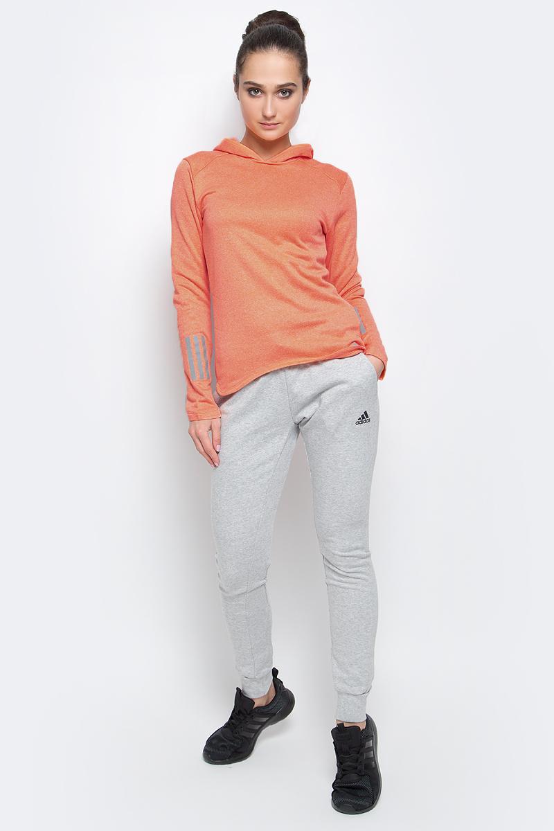 Худи женское adidas Rs Astro Hood W, цвет: ярко-персиковый. BK3160. Размер L (48/50)BK3160Худи adidas RS ASTRO HOOD W выполнено из быстросохнущего мягкого флиса. С внутренней стороны модель дополнена теплой подкладкой. Ткань с технологией climalite® быстро и эффективно отводит влагу с поверхности кожи, поддерживая комфортный микроклимат. Худи с капюшоном и длинными рукавами оформлено светоотражающими деталями и надписью бренда. Манжеты на рукавах дополнены прорезями для больших пальцев.
