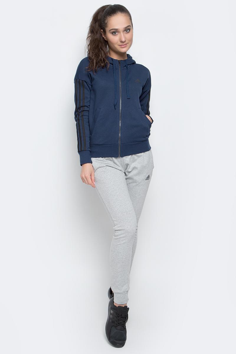 Толстовка женская adidas Ess 3S Fz Hd, цвет: темно-синий. S97060. Размер XXL (56/58)S97060Женская толстовка Adidas Ess 3S Fz Hd выполнена из сочетания натурального хлопка с полиэстером, мягкая и приятная на ощупь, в которой комфортно в течение всего дня. Модель с рукавами-кимоно застегивается спереди на молнию. Выполнена толстовка с несъемным капюшоном на завязках для дополнительного тепла. Манжеты на рукавах и низ изделия, изготовленные из трикотажной резинки, обеспечивают идеальную посадку. Спереди изделие дополнено двумя втачными карманами и оформлено стильными нашитыми полосками.