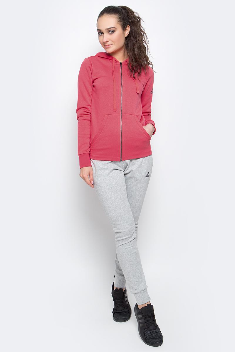 Толстовка женская adidas Ess Solid Fz Hd, цвет: розовый. S97084. Размер M (46/48)S97084Женская спортивная толстовка Adidas Ess Solid Fz Hd изготовлена из хлопка с добавлением полиэстера.Модель с длинными рукавами и капюшоном застегивается на застежку-молнию спереди. Объем капюшона регулируется при помощи шнурка-кулиски. Толстовка дополнена двумя накладными карманами спереди. Изделие оформлено контрастным принтом с логотипом бренда на рукаве. Низ и рукава толстовки дополнены эластичными манжетами.