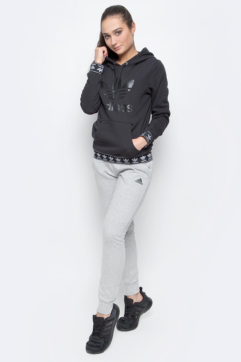 Толстовка женская adidas Logo, цвет: черный. BJ8307. Размер 32 (40/42)BJ8307Женская толстовка adidas Logo с длинными рукавами и капюшоном изготовлена из хлопка с добавлением полиэстера.Рукава и низ толстовки дополнены широкими эластичными манжетами с логотипом бренда. Объем капюшона регулируется при помощи шнурка-кулиски. Спереди расположен накладной карман-кенгуру. Толстовка украшена крупным принтом с изображением логотипа adidas на груди.