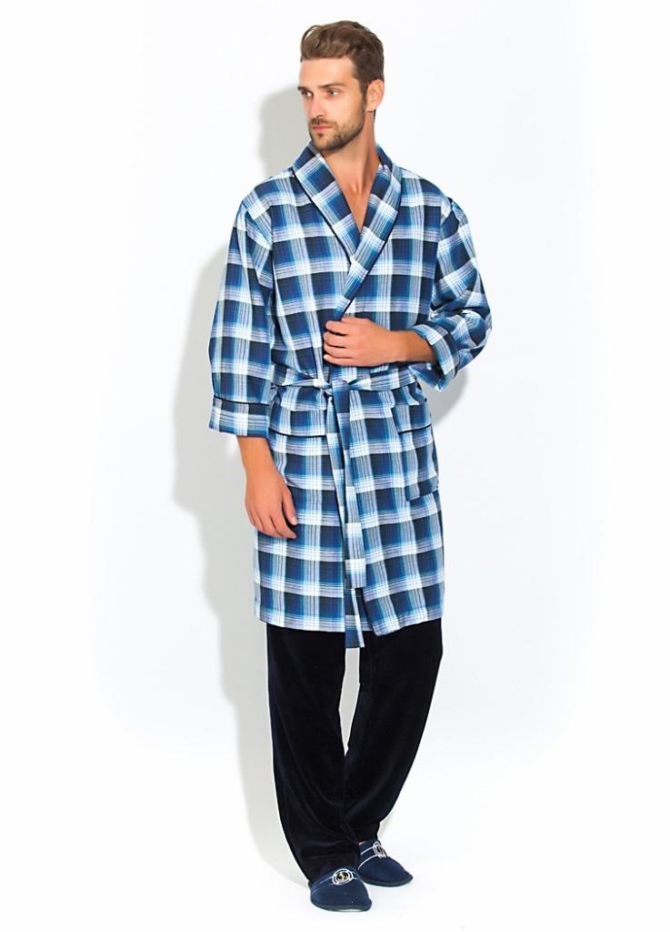 Комплект домашний мужской Peche Monnaie Premiere: халат, брюки, цвет: синий, белый, черный. 32. Размер M (46/48)32Стильный мужской домашний комплект Peche Monnaie состоит из халата средней длины и комфортных брюк. Халат из 100% хлопка с легким начесом с внутренней стороны, мягкий и очень приятный к телу. Необыкновенно легкая, комфортная и прочная ткань делает халат невесомым, не сковывает движений и позволяет телу свободно дышать. Халат имеет воротник-шальку, оптимальную длину по колено, рукава 3/4, пояс и накладные карманы. Декоративный кант украшает полы халата, ворот и манжеты рукавов. Велюровые однотонные брюки снабжены широкой мягкой резинкой и внутренними скрытыми карманами. Халат дополнен красивым рисунком в мелкую клетку по всему изделию.