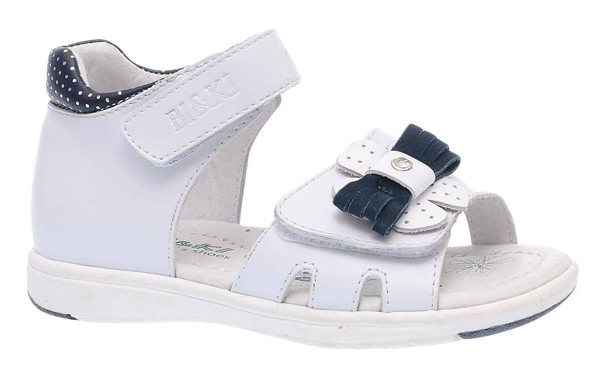 Сандалии для девочки BiKi, цвет: белый, черный. A-B79-69-B. Размер 18A-B79-69-BОчаровательные сандалии от BiKi придутся по душе вашей маленькой принцессе и идеально подойдут для повседневной носки в летнюю погоду. Модель выполнена из комбинированной кожи. Ремешок на подъеме декорирован тиснением в виде названия бренда. Передняя часть изделия украшена аппликацией с бантом. Полужесткий закрытый задник и ремешки на застежках-липучках надежно зафиксируют модель на стопе. Подкладка и стелька из натуральной кожи позволяют ножкам дышать. Супинатор на стельке обеспечивает правильное положение ноги ребенка при ходьбе, предотвращает плоскостопие. Подошва с рифлением в виде оригинального рисунка гарантирует отличное сцепление с любой поверхностью. Стильные и удобные сандалии - незаменимая вещь в гардеробе каждой девочки!
