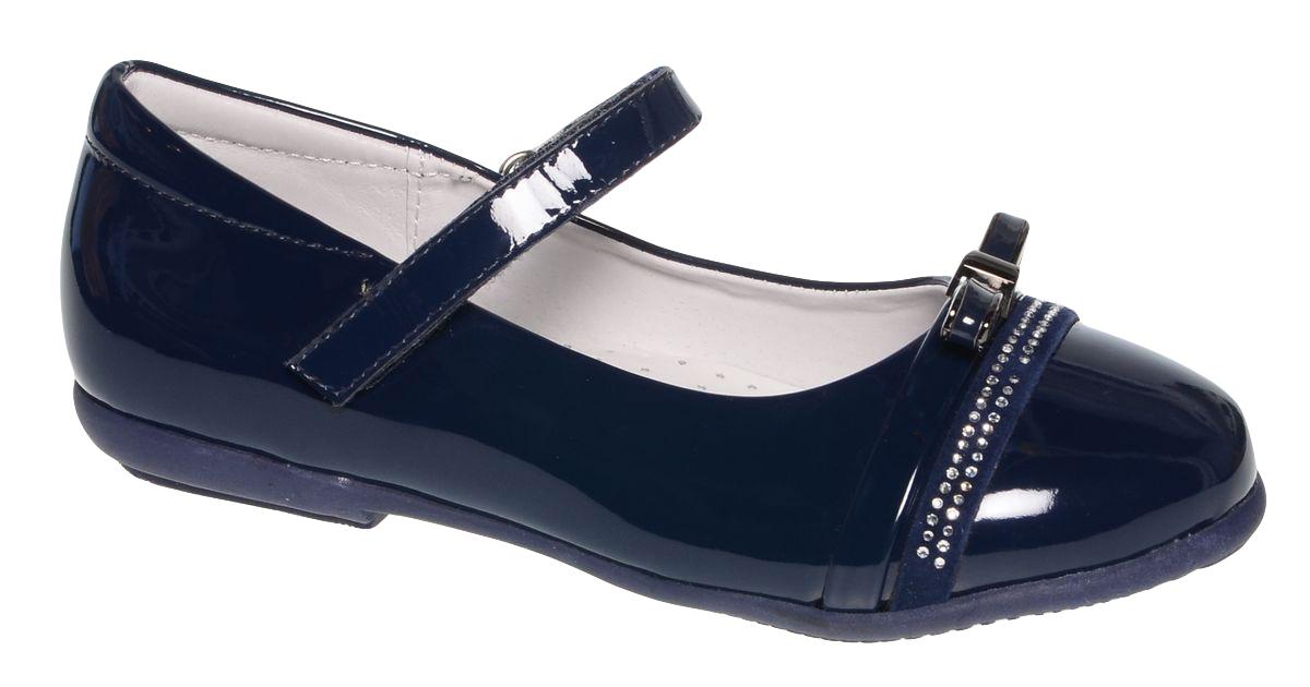 Туфли для девочки BiKi, цвет: темно-синий. A-B83-91-B. Размер 27A-B83-91-BМодные туфли от фирмы BiKi понравятся вашей юной моднице с первого взгляда. Модель выполнена из гладкой лакированной комбинированной кожи. Мысок оформлен двумя декоративными ремешками, один из которых имеет пряжку, а второй украшен стразами. На ноге модель фиксируется с помощью удобного ремешка на застежке-липучке. Подкладка и стелька, изготовленные из натуральной кожи, предотвратят натирание и гарантируют уют. Стелька дополнена супинатором, который обеспечивает правильное положение ноги ребенка при ходьбе, предотвращает плоскостопие. Подошва, выполненная из полимерного материала, оснащена рифлением для лучшего сцепления с различными поверхностями. Стильные и удобные туфли - незаменимая вещь в гардеробе каждой школьницы.