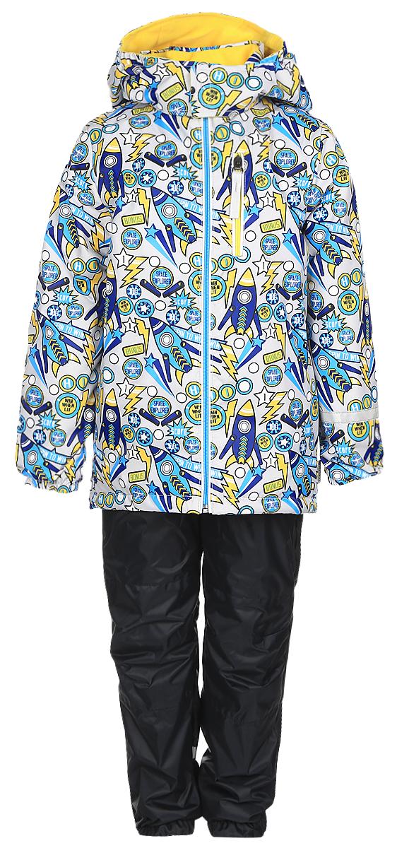 Комплект для мальчика Boom!: куртка, брюки, цвет: черный. 70045_BOB_вар.1. Размер 98, 3-4 года70045_BOB_вар.1Комплект одежды Boom! состоит из куртки и брюк. Куртка изготовлена из 100% полиэстера и оформлена оригинальным принтом. Подкладка выполнена из 100% полиэстера. В качестве утеплителя используется синтепон - 100% полиэстер. Куртка с капюшоном застегивается на застежку-молнию, которая расположена по всей длине куртки. Капюшон застегивается при помощи застежки липучки. Спереди модель дополнена двумя втачными карманами и одним прорезным карманом на застежке-молнии. Брюки изготовлены из 100% полиэстера. Брюки прямого кроя на талии имеют широкий эластичный пояс. По бокам предусмотрены два втачных кармана. Изделие дополнено эластичными наплечными лямками, регулируемыми по длине. Снизу брючин предусмотрены муфты с прорезиненными полосками, не дающие брючинам задираться вверх. Дополнен комплект светоотражающими элементами.