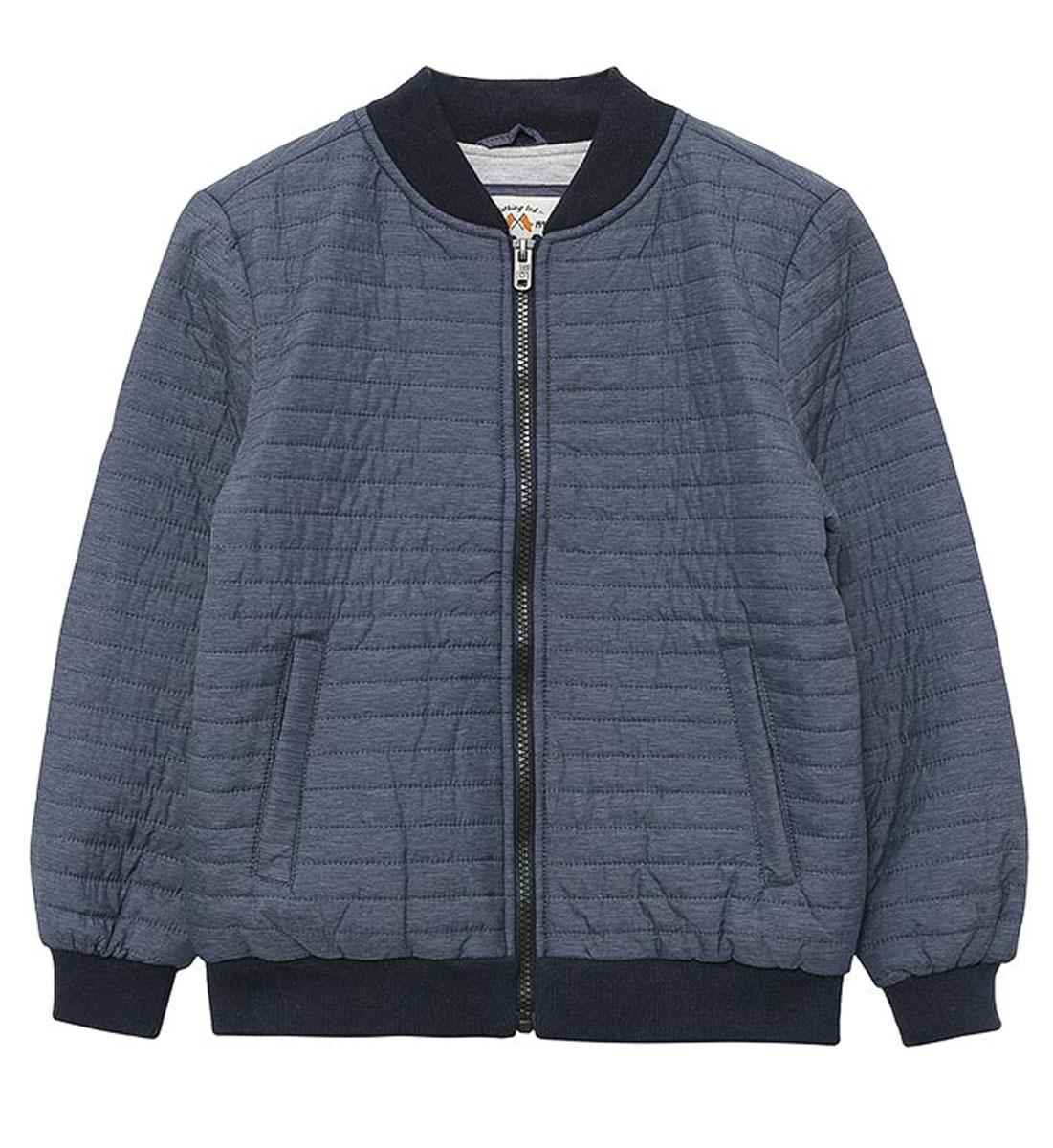 Куртка для мальчика Sela, цвет: темно-синий. CpQ-826/371-7111. Размер 140, 10 летCpQ-826/371-7111Стильная куртка-бомбер для мальчика Sela выполнена из качественного стеганого материала. Утепленная модель прямого кроя застегивается на молнию с внутренней ветрозащитной планкой и дополнена двумя прорезными карманами на кнопках. Круглый вырез горловины, манжеты рукавов и низ изделия дополнены мягкой трикотажной резинкой. Куртка отлично подойдет для прохладной погоды и станет практичным дополнением гардероба каждого модника.