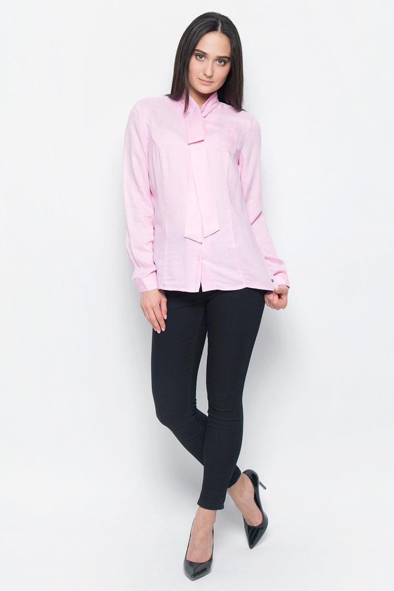 Блузка женская Finn Flare, цвет: розовый. B17-11057. Размер S (44)B17-11057Блузка с длинными рукавами Finn Flare выполнена из вискозы. Модель с удлиненным воротником полностью застегивается на пуговицы. Блузка дополнена накладным карманом на груди и декорирована маленьким металлическим элементом с названием бренда. Манжеты рукавов застегиваются на пуговицы.
