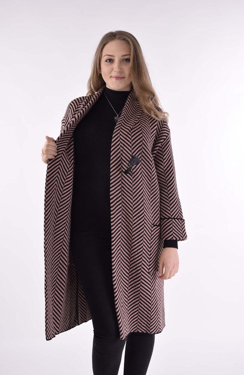 Пальто женское Milana Style, цвет: персиковый, черный. 962. Размер S (44)962Вязаное пальто Milana Style выполнено из акрила с добавлением шерсти. Пальто с отложным воротником и длинными рукавами со спущенной линией плеча застегивается на пуговицу. Спереди расположены два накладных кармана. Изделие оформлено контрастным узором.