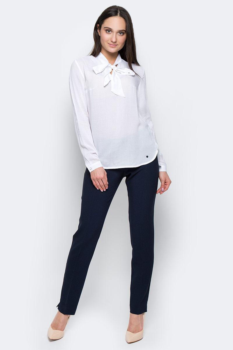 Блузка женская Finn Flare, цвет: белый. B17-11053. Размер XS (42)B17-11053Стильная блузка Finn Flare выполнена из вискозы. Модель оформлена воротником-стойкой на завязках, манжеты рукавов застегиваются на пуговицы. Блузка декорирована маленьким металлическим элементом с названием бренда. Блузка свободного кроя с закругленным низом и разрезами по бокам, спинка слегка длиннее переда.