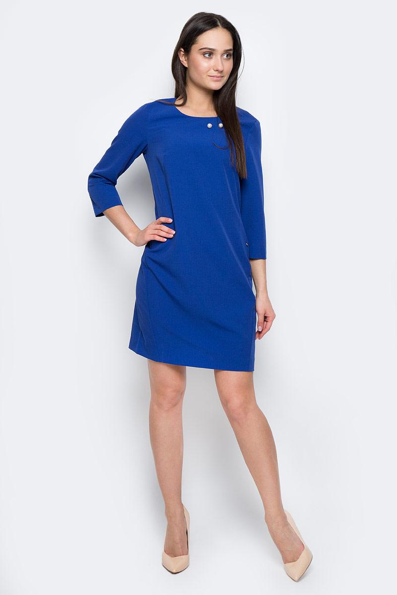 Платье Finn Flare, цвет: синий. B17-11019. Размер M (46)B17-11019Платье Finn Flare выполнено из полиэстера, вискозы и эластана. Модель с круглым вырезом горловины и рукавом 3/4 оформлена декоративной булавкой. Платье миди застегивается сзади на молнию.
