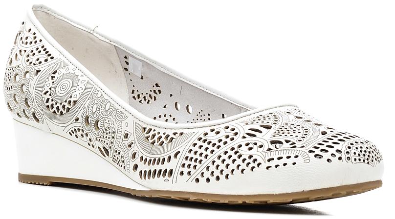 Туфли женские Marko, цвет: белый. 141131. Размер 38141131Элегантные туфли на танкетке, выполненные из натуральной кожи, оформлены перфорацией. Внутренняя поверхность и стелька из натуральной кожи обеспечат комфорт при движении. Подошва дополнена рифлением.Эти туфли можно сочетать с самыми разнообразными вещами вашего гардероба, в них вашим ногам будет комфортно и уютно.
