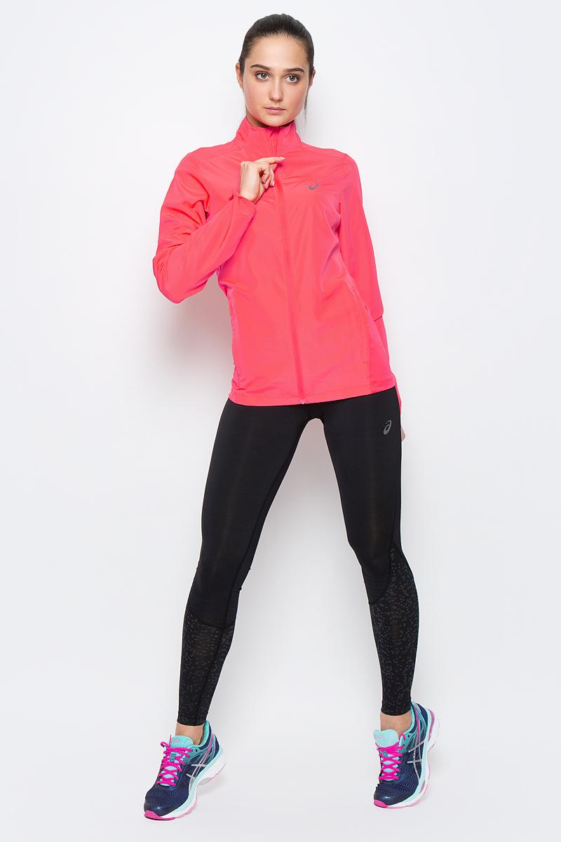Ветровка для бега женская Asics Jacket, цвет: розовый. 134110-0688. Размер XS (40/42)134110-0688Женская ветровка для бега Asics Jacket подарит вам особенный комфорт во время тренировок в прохладную погоду. Ткань, изготовленная с применением технологии Motion Dry, позволяет удалять лишнюю влагу с кожи во время занятий спортом, обеспечивая тем самым замечательный уровень комфорта. Такая куртка идеально подходит для скоростного бега и трейл-раннинга в горах, где необходима дополнительная защита от изменчивых погодных условий и небольшой вес.Ветровка с воротником-стойкой и длинными рукавами застегивается на пластиковую застежку-молнию с защитой для подбородка и внутренней ветрозащитной планкой. Низ рукавов дополнен эластичными вставками. Спереди расположено два втачных кармана на застежках-молниях. Модель дополнена вставками из эластичного полиэстера и оформлена термоаппликациями из светоотражающего материала. Такая ветровка послужит отличным дополнением к вашему спортивному гардеробу, в ней вы будете чувствовать себя комфортно и уютно.