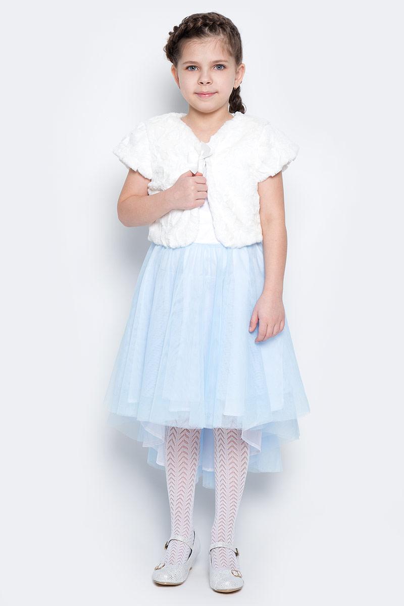Болеро для девочки PlayToday, цвет: белый. 462009. Размер 116462009Стильное болеро выполнено из мягкого искусственного меха с фактурным узором и застегивается на петельку. Легкое и нежное, болеро дополнит платья без рукавов и прикроет плечи. Воротник оформлен атласным бантом. Подкладка из хлопка обеспечивает дополнительное удобство.