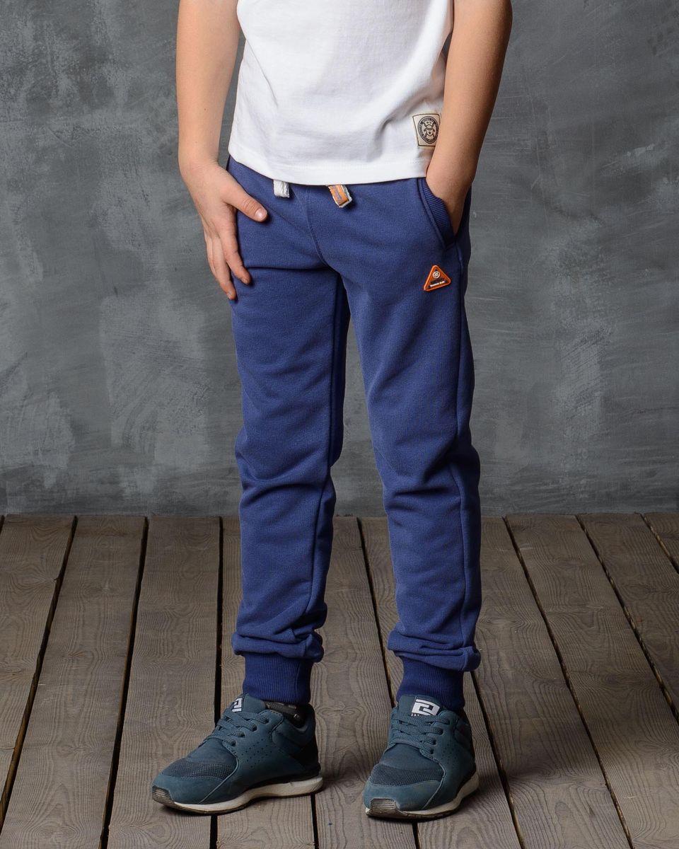 Брюки спортивные для мальчика Modniy Juk, цвет: синий. 15В00010702_TRAINING_СLUB. Размер 128/13415В00010702/TRAINING_СLUB/Спортивные брюки Modniy Juk изготовлены из высококачественной мягкой ткани. Модель полуприлегающего силуэта. Комфортный мягкий пояс и манжеты из трикотажной резинки. Брюки дополнены боковыми карманами. Яркая нашивка в стиле Modniy Juk.