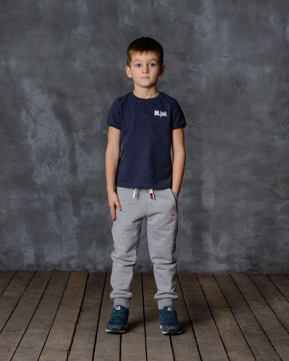 Брюки для мальчика Modniy Juk, цвет: серый меланж. 15В00160700. Размер 28 (110)15В00160700Удобные брюки для мальчика Modniy Juk MJ идеально подойдут вашему ребенку для отдыха, прогулок или занятий спортом. Изготовленные из хлопка с добавлением полиэстера, они необычайно мягкие и приятные на ощупь, не сковывают движения, сохраняют теплои позволяют коже дышать, не раздражают даже самую нежную и чувствительную кожу ребенка, обеспечивая наибольший комфорт. Лицевая сторона гладкая, а изнаночная - с мягким теплым начесом. Брюки спортивного стиля на талии имеют широкую эластичную резинку, благодаря чему, они не сдавливают живот ребенка и не сползают. Объем талии регулируется с помощью шнурка. По бокам модель дополнена двумя прорезными кармашками. Спереди брюки оформлены вышитым названием бренда M&J, а сзади небольшим накладным кармашком.Снизу брючины дополнены широкими трикотажными манжетами.Такие брюки станут модным и стильным предметом детского гардероба.
