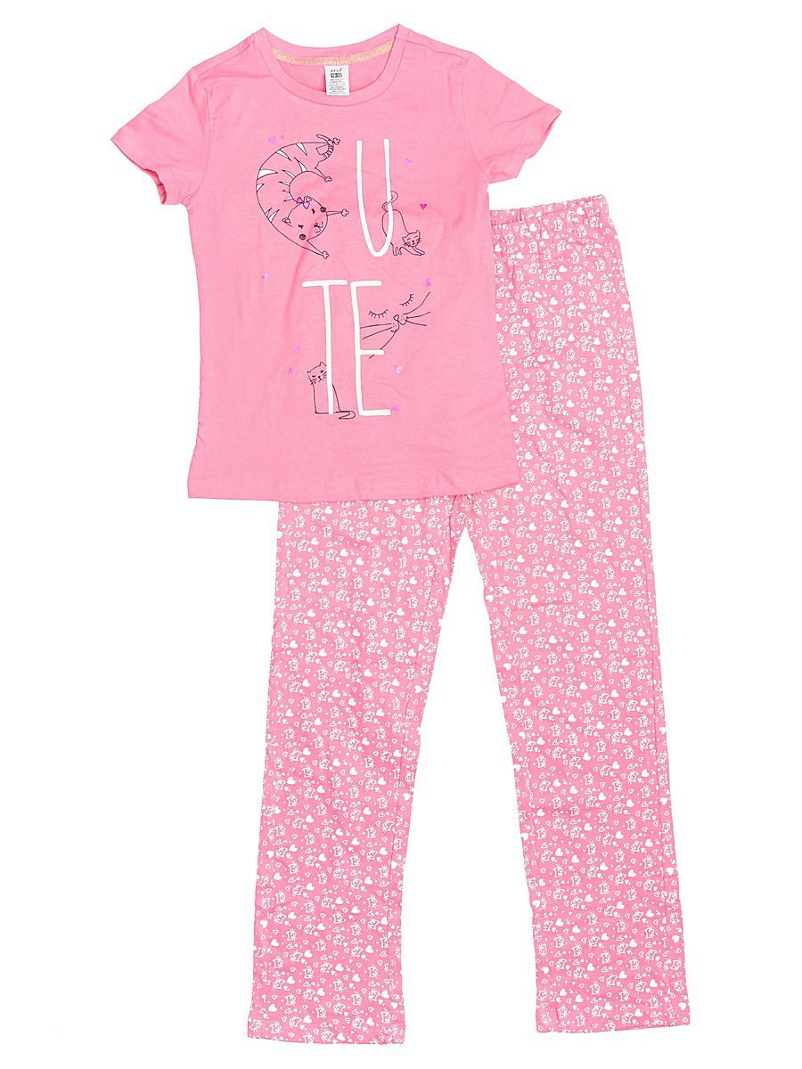 Пижама для девочки Sela, цвет: светло-розовый. PYb-5662/025-7101. Размер 104/110PYb-5662/025-7101Уютная пижама для девочки Sela, состоящая из футболки и брюк, станет отличным дополнением к домашнему гардеробу. Пижама изготовлена из натурального хлопка, благодаря чему она приятна на ощупь и комфортна в носке. Футболка слегка приталенного кроя с короткими рукавами оформлена оригинальным принтом. Круглый вырез горловины дополнен мягкой эластичной бейкой. Брюки прямого кроя имеют пояс на широкой резинке, дополнительно регулируемый шнурком, и оформлены принтом, сочетающимся с принтом футболки.