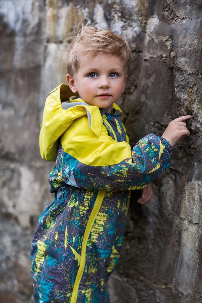 Комбинезон для мальчика atPlay!, цвет: серый. 2ov702. Размер 80, 1 год2ov702Комбинезон для мальчика выполнен из качественного материала. Лучший вариант для прогулки на свежем воздухе – слитный утепленный комбинезон. Удобен и практичен, не сковывает движения малыша. Конструкция комбинезона защищает от ветра и влаги – манжеты фиксируют ткань на запястьях и лодыжках, горловина надежно закрывает шею, капюшон объемный и вместительный – может надеваться на шапку в случае сильного ветра. Внешний слой ткани обладает грязе- и водоотталкивающей способностью за счет покрытия Teflon. Это покрытие не позволяет воде проходить через верхний слой ткани, она скатывается в маленькие шарики и легко стряхивается с одежды, в случает загрязнения комбинезон достаточно протереть влажной губкой.