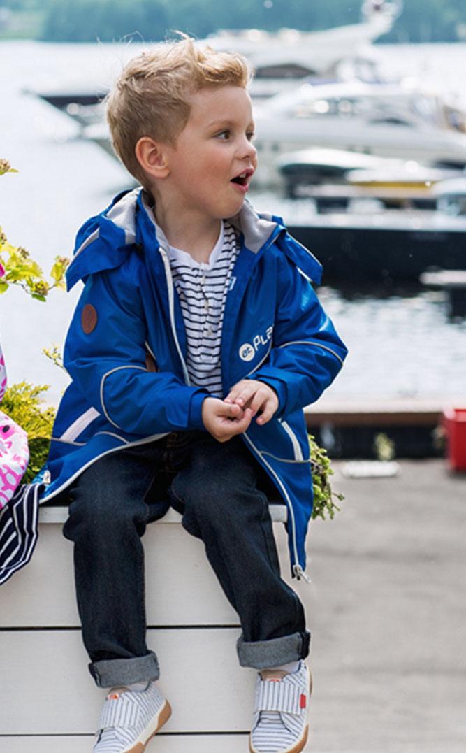Куртка для мальчика atPlay!, цвет: голубой. 2jk706. Размер 92, 2 года2jk706Куртка для мальчика atPlay! выполнена из качественного материала. Утепленная куртка-парка на весну для мальчика. Стильного цвета – для тех, кто не ищет компромиссов. С внешней стороны ткань обладает грязе- и водоотталкивающей способностью за счет покрытия Teflon. Это покрытие не позволяет воде проходить через верхний слой ткани, она скатывается в маленькие шарики и легко стряхивается с одежды, а любые загрязнения легко удалить с помощью влажной губки. Преимущества куртки: проклеенные швы - благодаря чему куртка не продувается и не промокаемая. Мягкая подкладка на воротнике и капюшоне - обеспечивает особый комфорт ребенка, светоотражающие элементы, вместительные карманы, потайные карманы. Фурнитура всемирно известной марки YKK - высочайшее качество в деталях и элементах.