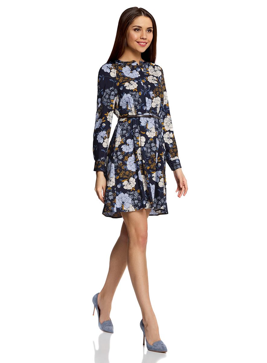 Платье oodji Collection, цвет: темно-синий, голубой. 21912001-2/26346/7970F. Размер 42-170 (48-170)21912001-2/26346/7970FПлатье oodji Collection свободного кроя выполнено из легкой воздушной ткани с оригинальным цветочным узором. Модель средней длины с круглым вырезом горловины и длинными рукавами-реглан застегивается спереди и на манжетах на пуговицы; сбоку имеется скрытая застежка-молния.В комплект с платьемвходит узкий ремень из искусственной кожи с металлической пряжкой.