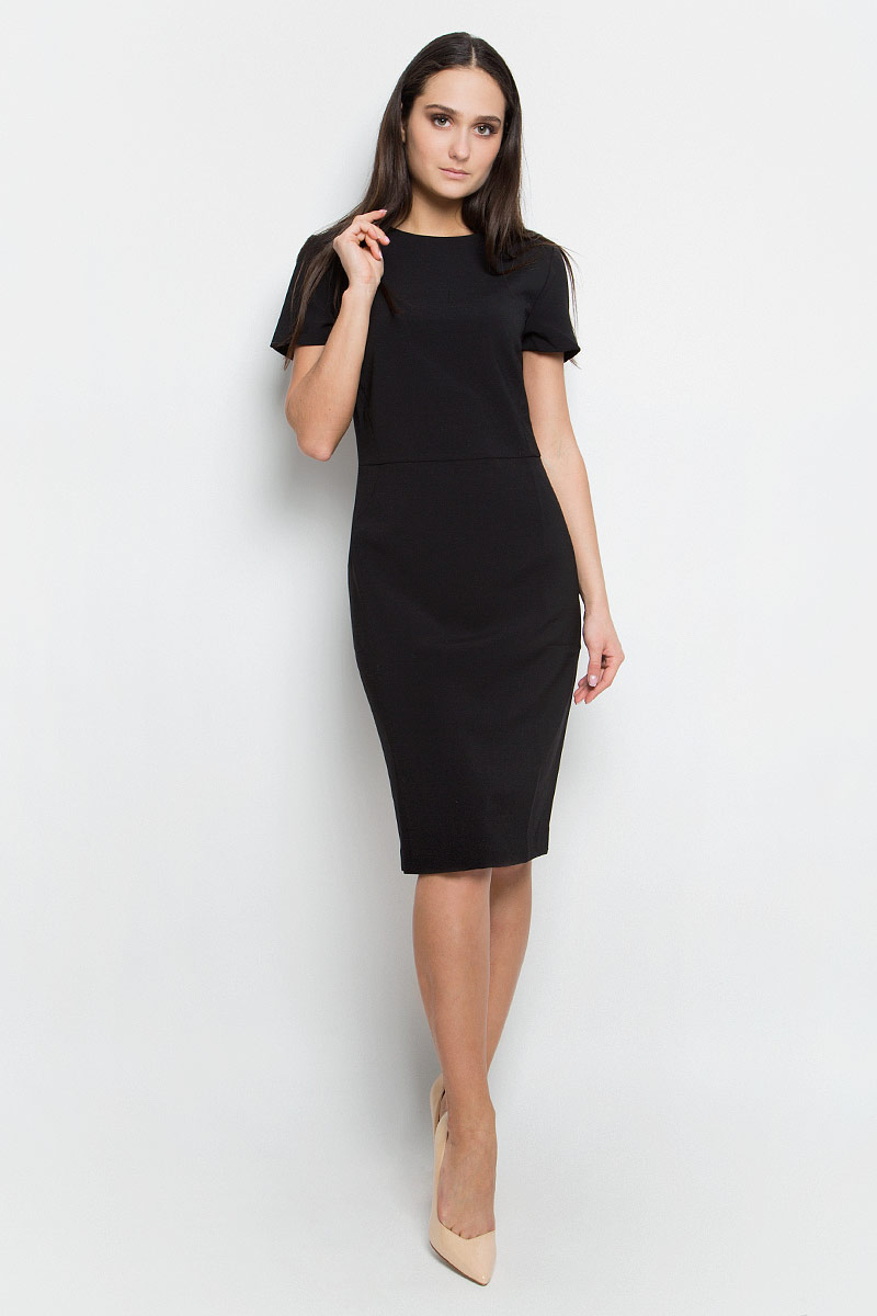 Платье Baon, цвет: черный. B457072. Размер L (48)B457072_BlackПлатье-футляр Baon выполнено из полиэстера с добавлением вискозы и эластана. Подкладка изготовлена из полиэстера. Модель средней длины с короткими рукавами имеет круглый вырез горловины. Платье застегивается на металлическую застежку-молнию на спинке и имеет неглубокий разрез по низу сзади.