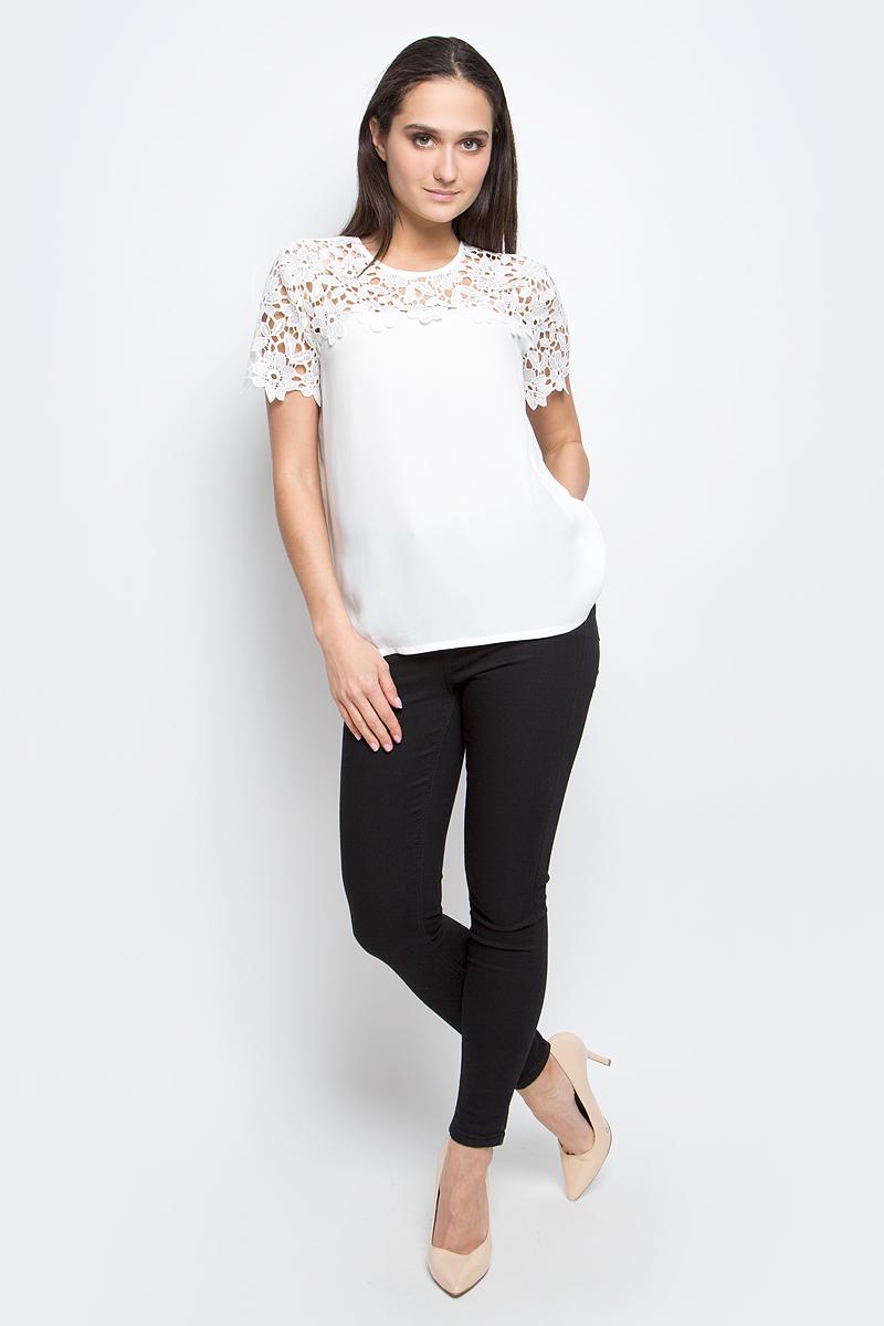 Блузка женская Baon, цвет: белый. B197032. Размер S (44)B197032_MilkЖенская блузка Baon выполнена из 100% полиэстера. Модель с круглым вырезом горловины и короткими рукавами сзади застегивается на пуговицу.