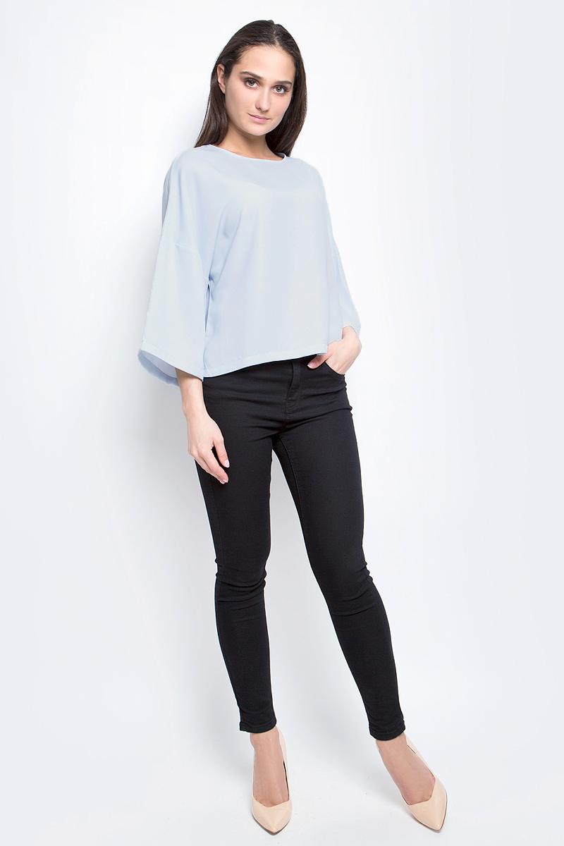 Блузка женская Baon, цвет: голубой. B197030. Размер M (46)B197030_BlizzardЖенская блузка Baon выполнена из 100% полиэстера. Модель с круглым вырезом горловины и рукавами 3/4 сзади застегивается на пуговицу.